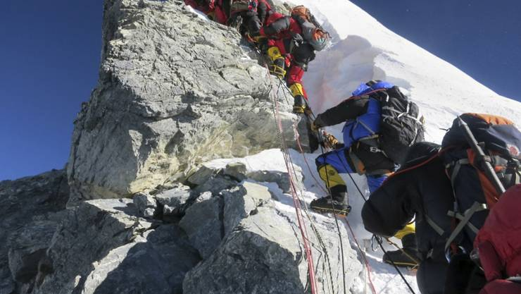 Der alljährliche Stau am Everest wird als Grund für die vermehrten Unfälle angegeben. (Archivbild)