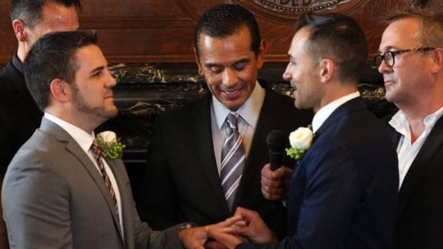 Der Bürgermeister von L.A. traut Paul Katami and Jeff Zarrillo