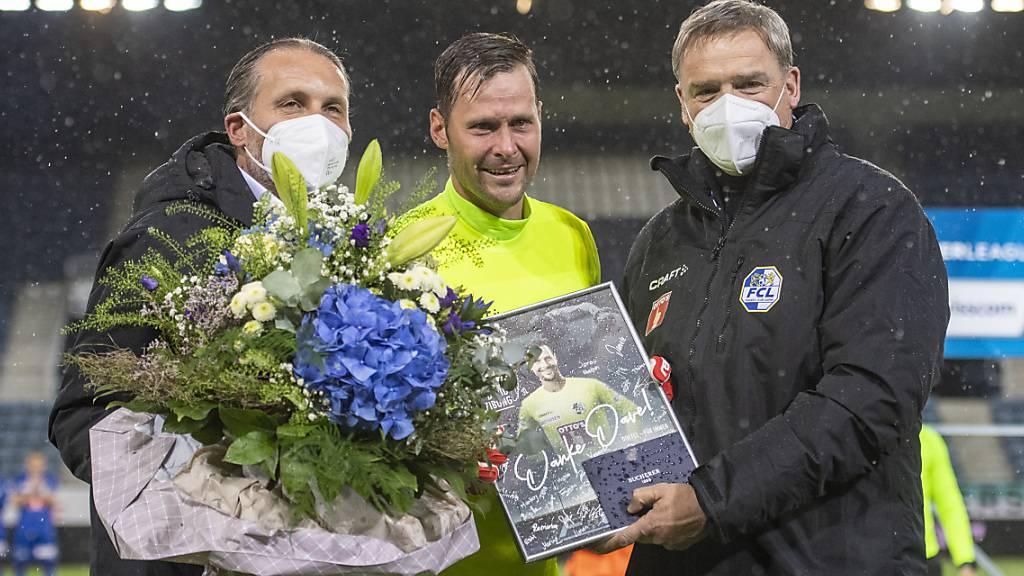 Torhüter David Zibung (Mitte) wird von Luzerns Präsident Stefan Wolf (rechts) und Sportchef Remo Meyer verabschiedet