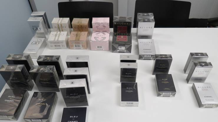 Die Kapo beschlagnahmte mehrere original verpackte Kosmetika.