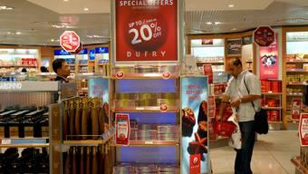 Ein Mann kauft bei Dufry ein (Bild: Dufry)