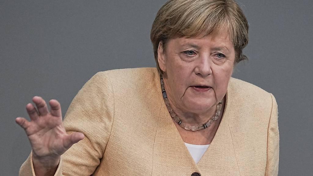 Die deutsche Bundeskanzlerin Angela Merkel (CDU) spricht im Plenum im Deutschen Bundestag. Die die bevorstehende Bundestagswahl hat Merkel am Dienstag als eine Richtungswahl für Deutschland bezeichnet. Foto: Michael Kappeler/dpa