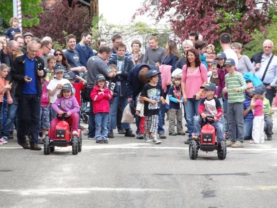 Start zum Traktorenrennen der Kinder