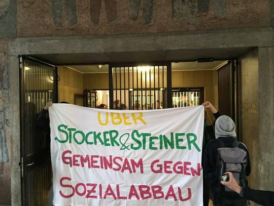 Mit Plakaten demonstrierten die Aktivisten gegen die Sparmassnahmen.