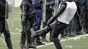 Neuenburger Polizei im De-Eskalationstraining im Fussballstadion (Archiv)
