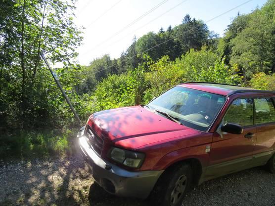 Erlinsbach AG, 29. September: Ein Autofahrer fährt stark betrunken über einen Waldweg und kollidiert mit einem Schild. Der Mann wurde verhaftet.