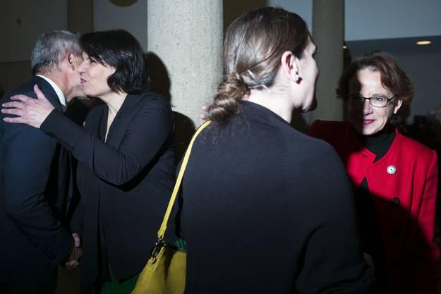 Küsschen links, Küsschen rechts: Elisabeth Ackermann und Eva Herzog.