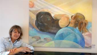 Lenah Ernst-Jacobson mit einem der Bilder der aktuellen Ausstellung. zvg