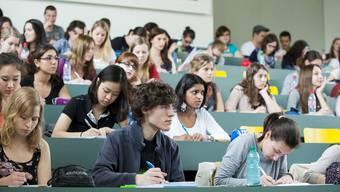 Die Bildungskommission des Grossen Rats ist gegen den Splittingmodell: Auch weniger wohlhabende Studenten sollen Zugang zu Universitäten haben.