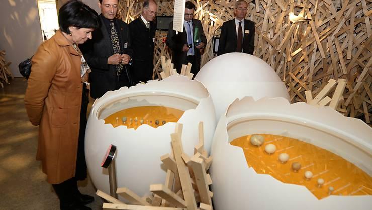 Bundesrätin Doris Leuthard (l) letztes Jahr bei der Eröffnung des Besucherzentrums der Vogelwarte Sempach. Das Zentrum ist für den Europäischen Museumspreis nominiert. (Archivbild)