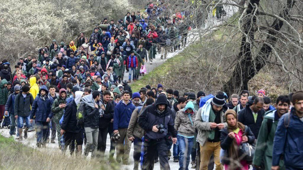 Aus dem provisorischen Flüchtlingslager im griechischen Idomeni sind etwa tausend Menschen aufgebrochen, um eine alternative Route ins Nachbarland Mazedonien zu finden.