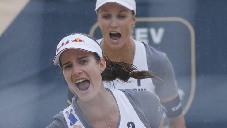 Joana Heidrich (vorne) und Anouk Vergé-Dépré feiern den Punktgewinn. (Archivaufnahme)
