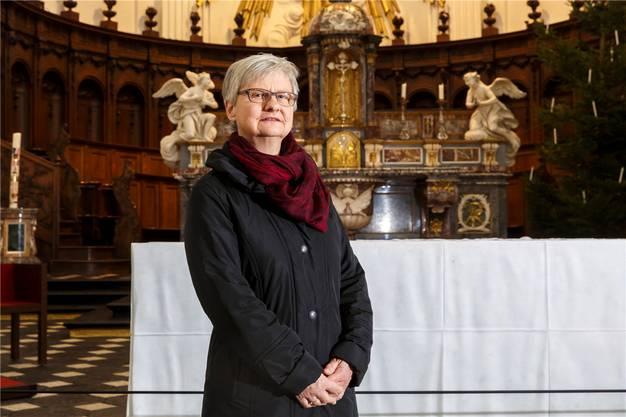 Luisa Heislbetz, interimistische Pfarreileiterin, vor dem Hochaltar.