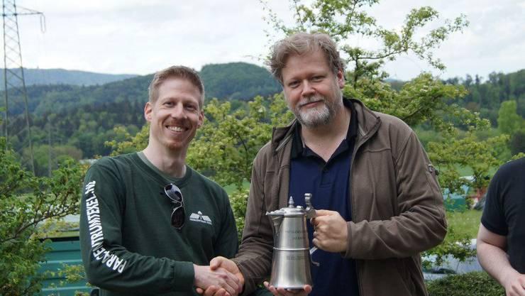 Hptm Caspar Zimmermann gratuliert Oblt Dominique Becker