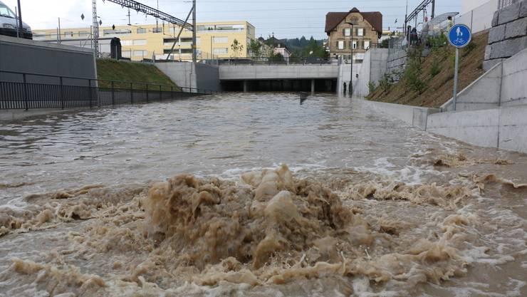 Soll nicht mehr passieren: Die von der Wigger überschwemmte Unterführung beim Bahnhof Zofingen.