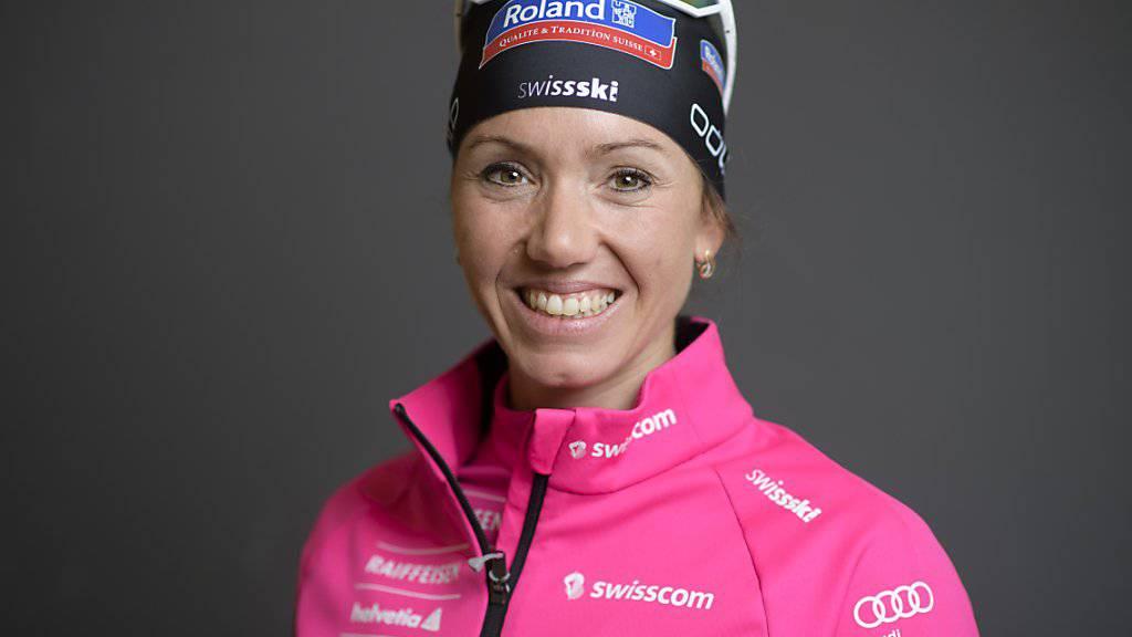 Die Schweizer Biathletin Selina Gasparin lächelt in die Kamera.