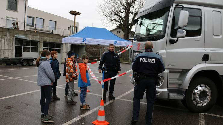 Die Repol zeigt den Schülern die toten Winkel an einem Lastwagen.