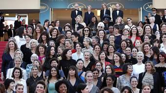 Schauspielerinnen und Regisseurinnen forderten auf dem roten Teppich in Cannes gleiche Rechte in der Filmbranche.