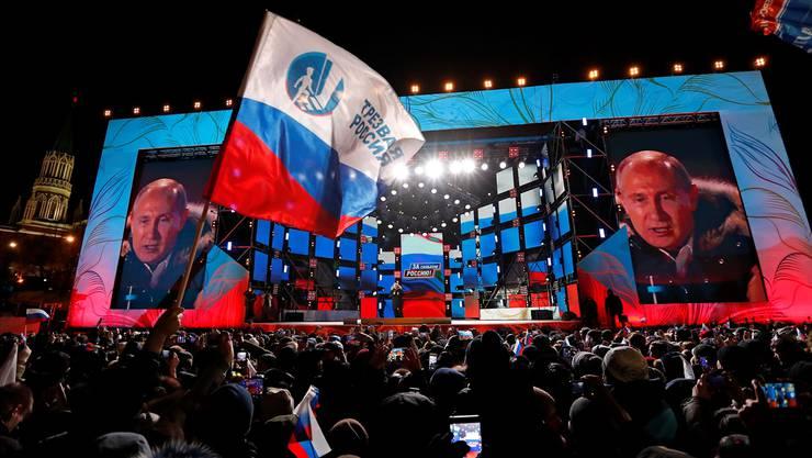 Wladimir Putin spricht in der Nähe des Kremls in Moskau zu seinen Anhängern. Der Präsident ist gestern deutlich wiedergewählt worden.Pavel Golovkin/Ap/keystone