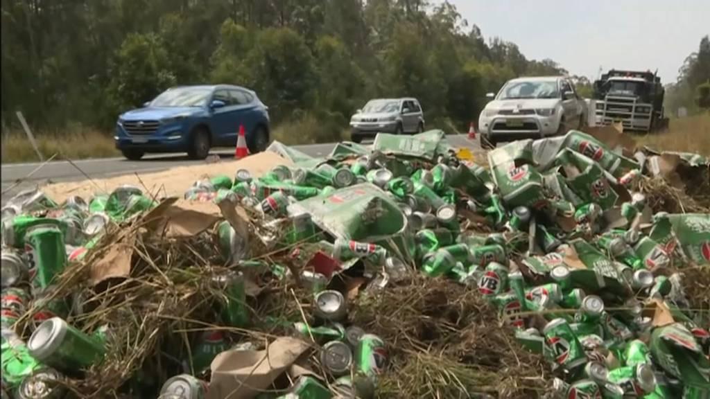 Lastwagen verliert Hunderte Dosen Bier