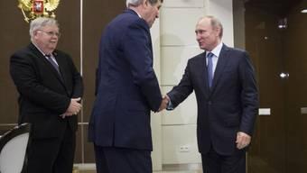 US-Aussenminister Kerry (Mitte) wird in Sotschi von Putin begrüsst