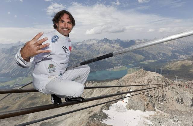 Tollkühn posiert Freddy Nock in luftiger Höhe auf dem Tragseil der Corvatschbahn im Engadin - doch ins Flugzeug steigt der Artist ungern (Archiv)