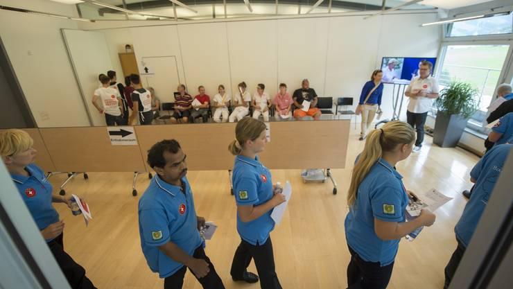 Die Menschen stehen Schlange um eine Probe abzugeben im Kantonsspital Nidwalden in Stans, am 30. Juli 2015. Im Kantonsspital wurde eine Facebook-Aktion umgesetzt, um einen Knochenmarkspender für den an einer seltenen Krankheit leidenden Fabio (17) aus Stans zu finden.