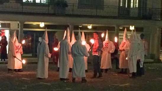 Eine Fasnachtsgruppe ging verkleidet als Mitglieder des Ku-Klux-Klans mit brennenden Fackeln an die Fasnacht in Schwyz.