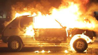 Ein Auto steht in Flammen (Symbolbild)