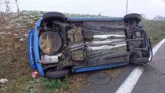 Selbstunfall: Auto kippt auf Seite