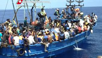 Die Menschen auf diesem überladenen Schiff sind am Sonntag von der italienischen Küstenwache gerettet worden. (Archivbild)
