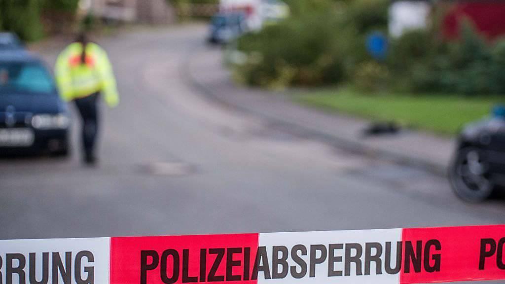 Das Gebiet um das Wohnhaus in Baden-Württemberg, in dem ein Sechsjähriger, eine Frau und ein Mann erschossen wurden, wurde grossräumig abgesperrt.