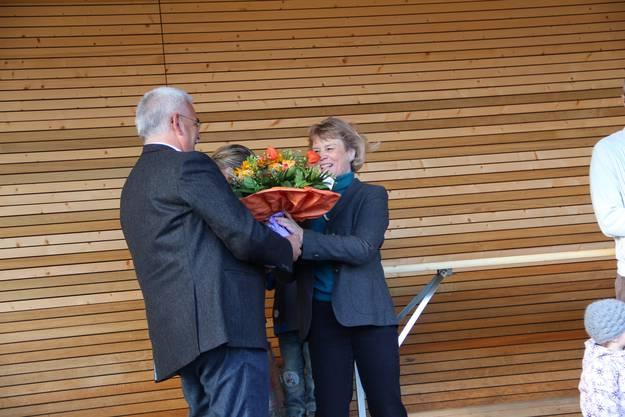 Blumen vom Gemeindeammann für die Baukommissionspräsidentin Margrith Märki