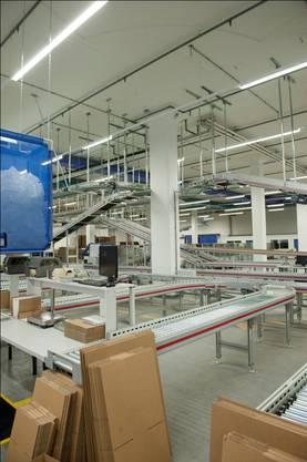 Auch die Verpackung der Elektronikartikel geschieht weitgehend automatisiert