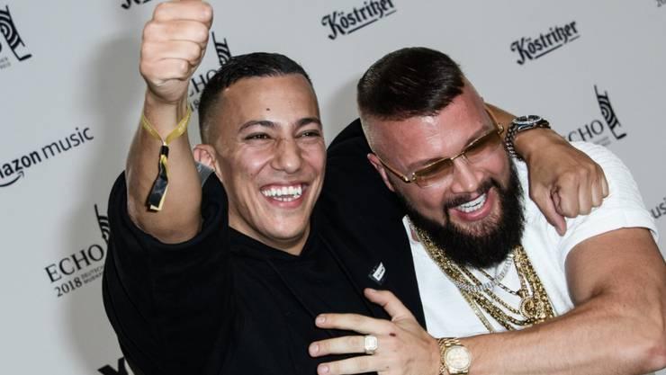 Antisemitismus-Vorwürfe gegen die deutschen Rapper Kollegah (rechts) und Farid Bang (links) haben die Verleihung der Echos in Berlin überlagert.