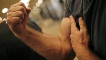 Starke Arme sind beim Konfiglasöffnen von Vorteil – können aber auch missbräuchlich eingesetzt werden.