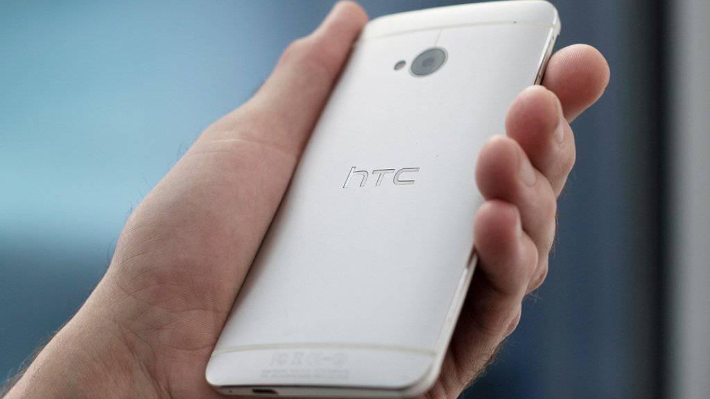 Der taiwanesische Hersteller HTC gehörte zu den Pionieren im Smartphone-Markt. Zuletzt sanken die Marktanteile der Firma aber drastisch unter dem Druck chinesischer Rivalen wie Huawei, ZTE oder Xiaomi sowie des Marktführers Samsung bei teuren Modellen. (Archiv)