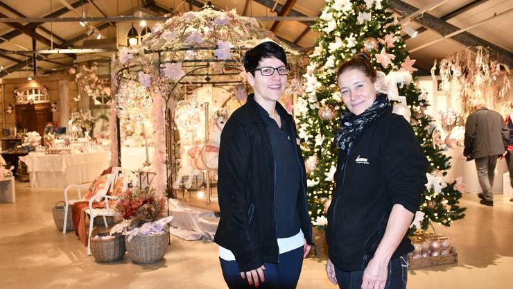 Denise Christen (links) und Eveline Audino sind die kreativen Köpfe hinter der Weihnachtsausstellung im Gartencenter Zulauf.