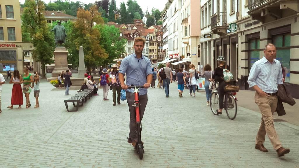 Unser Reporter Christoph Thurnherr testet das E-Trottinett auf Herz und Nieren.
