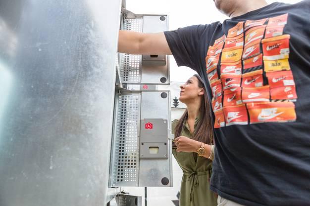"""Beizlitour / Beizenrundgang im Festgebiet """"unten"""". Im Bild: Silvia Rodriguez (hinten) aus Turgi und Olivier Vitoux aus Gebenstorf langen in die Fühl-Boxen bei der Beiz """"Sinneswandel"""" und versuchen zu erspüren, was sich darin verbirgt."""