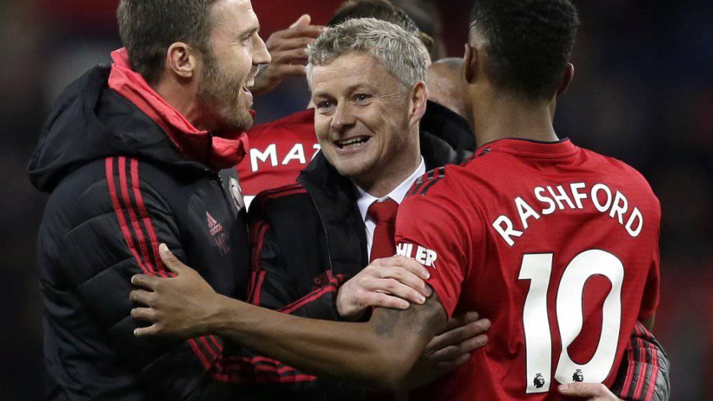 Trainer Ole Gunnar Solskjaer (Mitte) siegt mit Manchester United auch bei Tottenham
