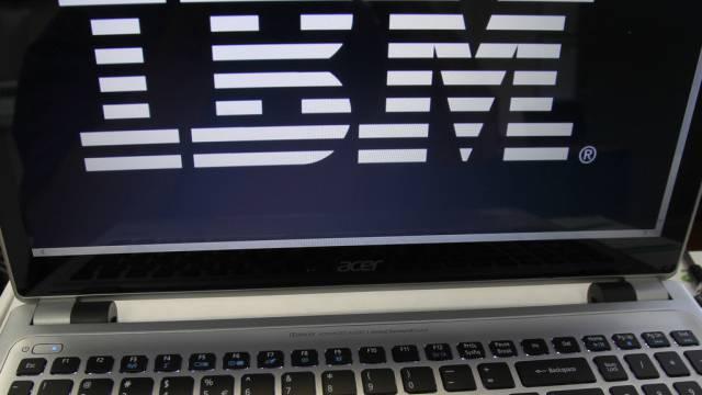 IBM-Logo auf einem Computerbildschirm (Archiv)