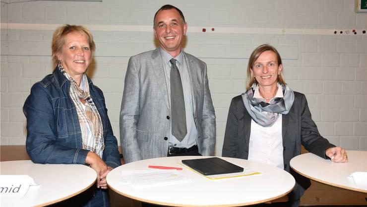 Verena Schmid (links) und Pia Ulrich wollen Nachfolgerin von Noch-Gemeinderat Christoph Rutschmann werden – und werden von diesem interviewt.