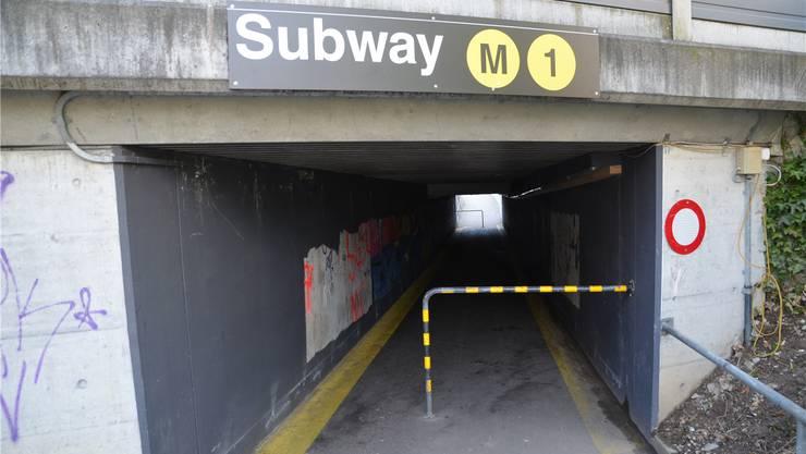 Das Bild zeigt die Seite Egg der Unterführung mit der noch intakten Metro-Beschriftung.