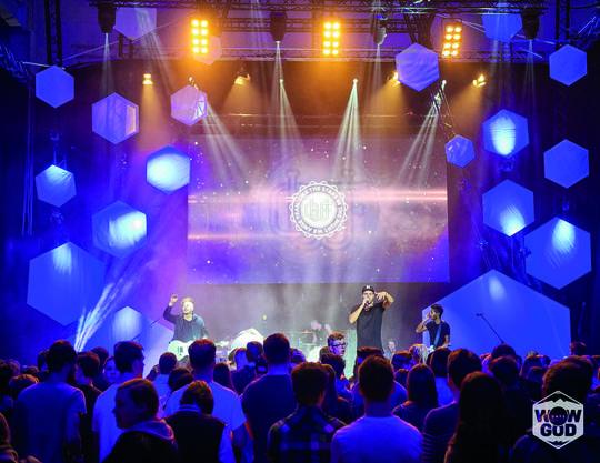 Gemeinsam können wir immer wieder grossartige Dinge zustande bringen wie hier den Jugendevent WOWGOD in Baden.