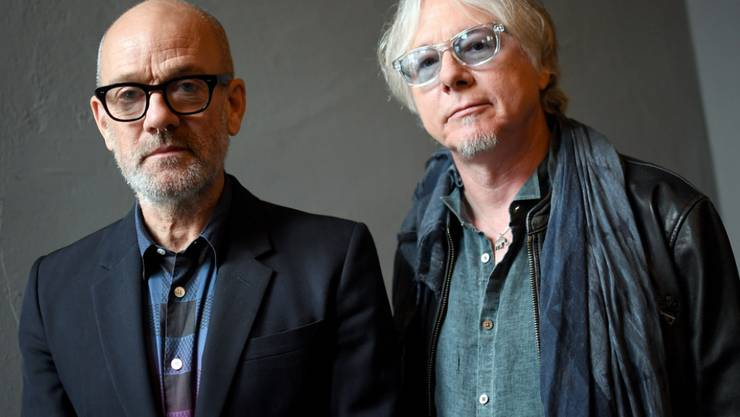 """Erinnerungen an eine gute Zeit: Die ehemaligen R.E.M.-Bandkollegen Michael Stipe (links) und Mike Mills freuen sich auf die Jubiläums-Neuauflage ihres 1994er Albums """"Monster""""."""