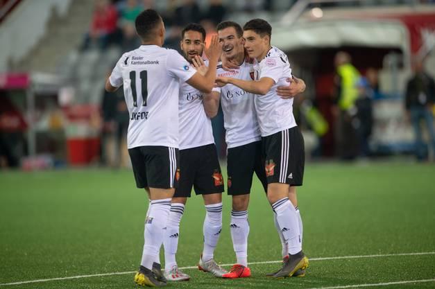 Die Mannschaft jubelt erleichtert nach dem Treffer, hat sie doch den Sieg vom Sonntag im Cupfinal bestätigen können und eine Revanche der Thuner verhindern können.