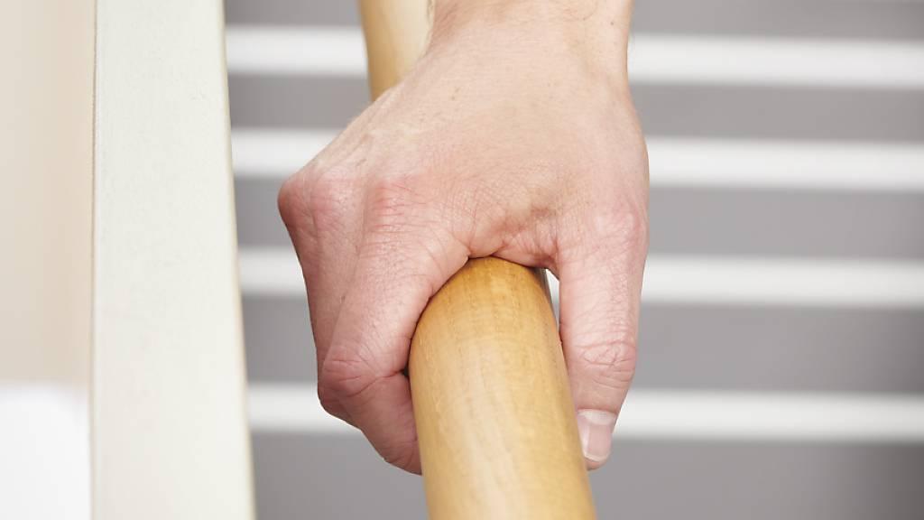 BFU: Trotz Virengefahr beim Treppensteigen am Geländer festhalten