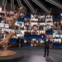 US-Moderator Jimmy Kimmel spricht auf der Bühne während der Übertragung der 72. Emmy Awards. Die Teilnehmer und Preisträger nehmen per Videokonferenz an der Verleihung teil und sind auf einer Monitorwand im Hintergrund zu sehen. Foto: Uncredited/Invision/dpa