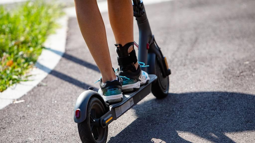 Siebenjähriges Mädchen mit Kickboard verunfallt – schwer verletzt